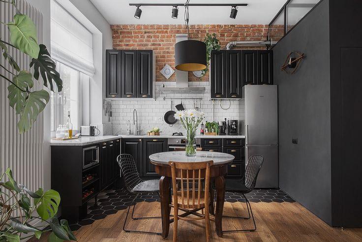 кухня кирпич кабанчик ретро коричневые фасады филёнка холодильник плита вытяжка круглый стол стулья