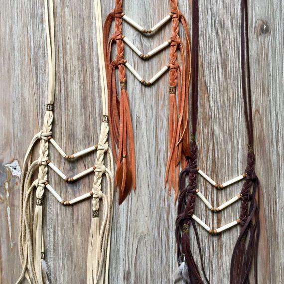 ~ coraggioso collezione Soul ~ >  Mini Chevron pettorale  Osso, perle africane dottone e legno di sandalo sono utilizzati per creare questo rad chevron triple V. È attaccato al cuoio intrecciato pelle di daino morbida. Rifinito con perline e piume su nappine in pelle.  Andare da lungo a breve con la diapositiva di un cordone.  • Regolabile da 16-34 allinizio del primo V, con cordone di scorrimento.  • Lunghezza totale 28 giù un lato dalla parte superiore del collo fino alla punta della fr...