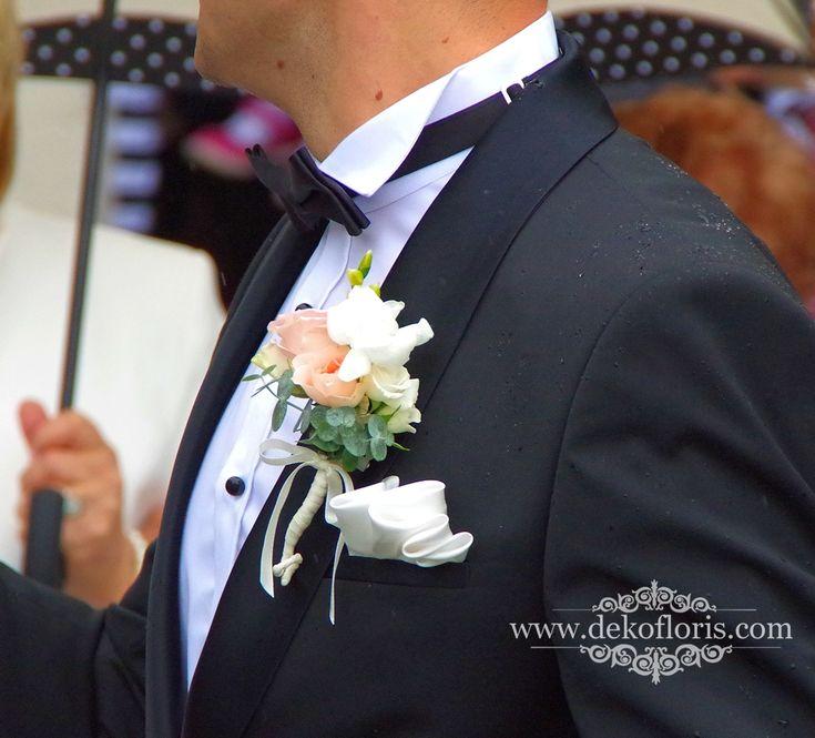 biała butonierka ślubna Pana Młodego