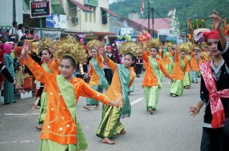 Dance to celebrate Sawah Lunto 123th anniversary. Sawah Lunto is a city near Padang, West Sumatra - Indonesia