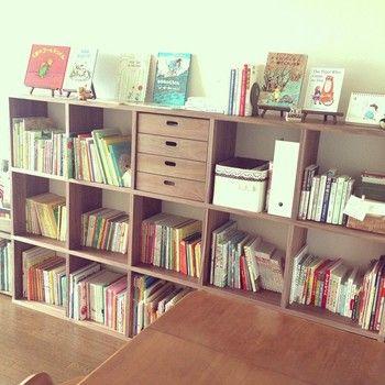 お気に入りの本を沢山収納できるスタッキングシェルフ。例えば、こんな風に子供達が読む絵本を収納して小さな図書館のような空間を作ってみてはいかがでしょう♪