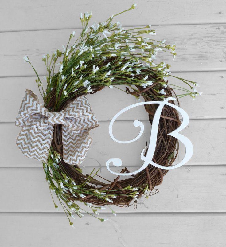 Grapevine cifrati Wreath - fiori bianchi - Chevron Bow - rustico decorazioni - decorazioni porta - Country Chic - madri giorno regalo di RefinedWreath su Etsy https://www.etsy.com/it/listing/222700137/grapevine-cifrati-wreath-fiori-bianchi