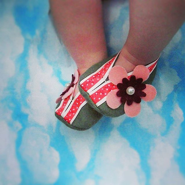 WEBSTA @ sapatiko - Flora verde oLiva ❤ ...fofuras exclusivas feitas à mão!!! #SaPaTikO #SaPaTikOs #maternidade #gravida #paisefilhos #maeefilha #recemnascido #presenteparabebe #bebe #mãe #feitoamao #baby #maedemenina #gravidez #enxovaldebebe #babygirl #babyborn #newborn #empreendedorismomaterno #pai #Handmade #littleshoes #crafts #enfant #feltbabyshoes