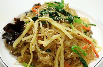 チャプチェ タンミョン(韓国の春雨)と、細切りにした野菜や牛肉、きのこなどをごま油で炒め、甘辛く味付けした料理です。  ・調味たれ   -濃い口醤油    -薄口醤油    -オイスターソース    -砂糖    -はちみつ     ・具材   -玉ねぎ   -きゅうり   -しいたけ   -えのき   -ほうれん草   -トラジナムル(キキョウの根)、   -ぜんまいのナムル   -人参   -茹でた春雨   -梨の絞り汁    -生姜汁   -おろしニンニク   -刻みねぎ    ・すりごま  ・こしょう  ・ごま油