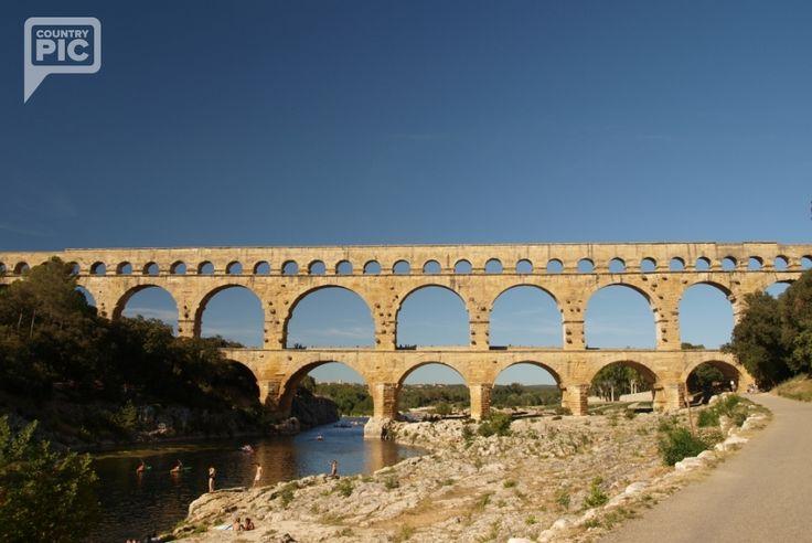 Méně navštěvované památky jižní Francie nejsou o nic méně zajímavé než známé Monte Carlo či Cannes! Most Millau vedoucí přes řeku Tarn je akchitektonickou atrakcí- vysokou 343 m a dlouhou celých 2,5 km