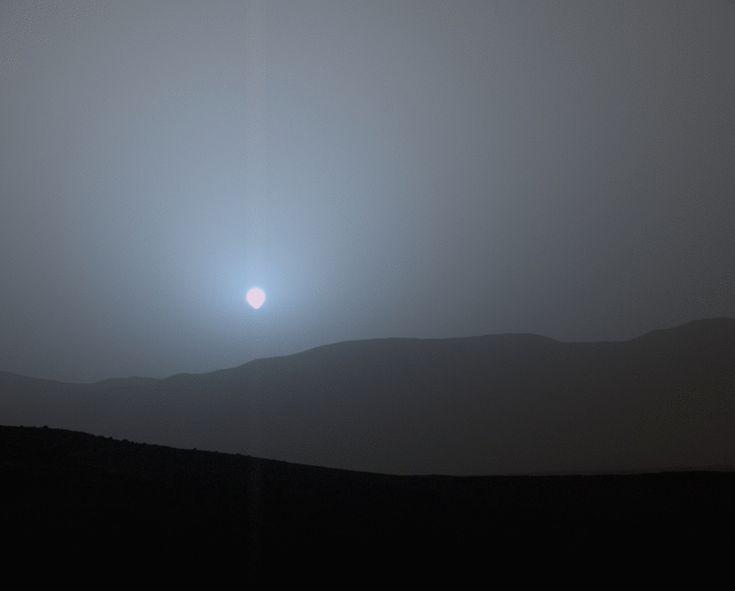 O veículo de exploração espacial Curiosity capturou este esplêndido pôr do Sol em Marte. A fotografia foi realizada em 15 de abril de 2015, com o módulo MastCam. Este sistema composto por duas câmeras permite tomar imagens em múltiplos espectros e em cor real a uma resolução de até 1600 x 1200 pixels