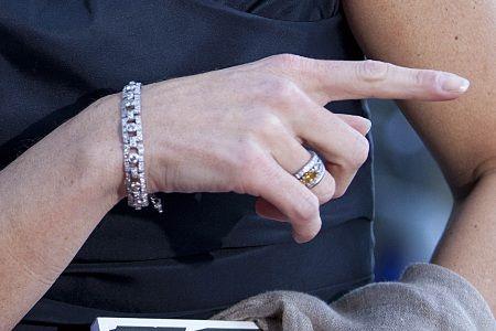 De verlovingsring van koningin Maxima. Witgoud met witte diamanten en oranje diamant (als knipoog van het huis van Oranje).