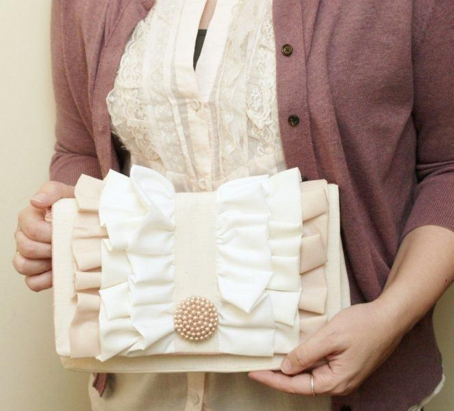 This simple ruffle clutch is easy to make and has such a classic pretty style! The tutorial includes all instructions and a free pattern too!