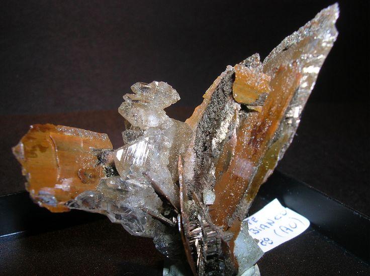 MINERALI - MINERALS particolare quarzo a scaletta in mezzo a due brookiti Brookite con Quarzo M.te Bianco (AO) ritrovamento anni '90 DIMENSIONI 3,8×3,8×2 cm