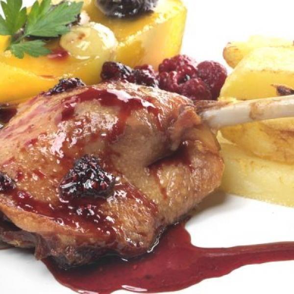 Aprende a preparar confit de pato a la frambuesa con esta rica y fácil receta. Encender el horno y meter los muslos de pato para que se vayan dorando. Mientras en un...