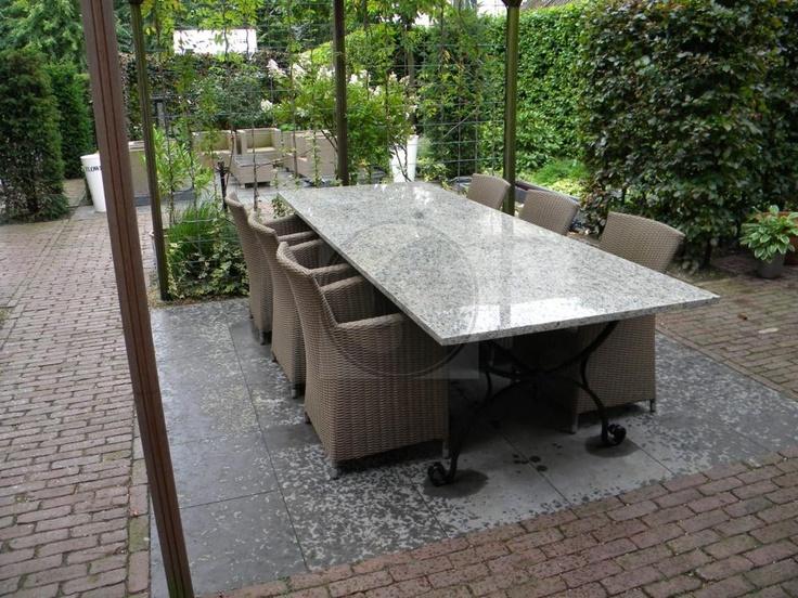 Smeedijzeren onderstel met granieten blad en stoelen