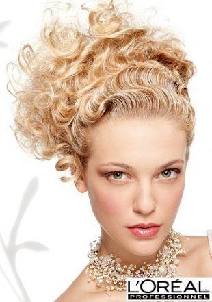 Wysokie upięcie dla falowanych włosów