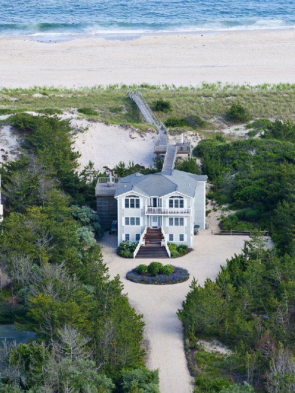 THE HAMPTONS: now thats a beach house! (alas,we did not stay here).