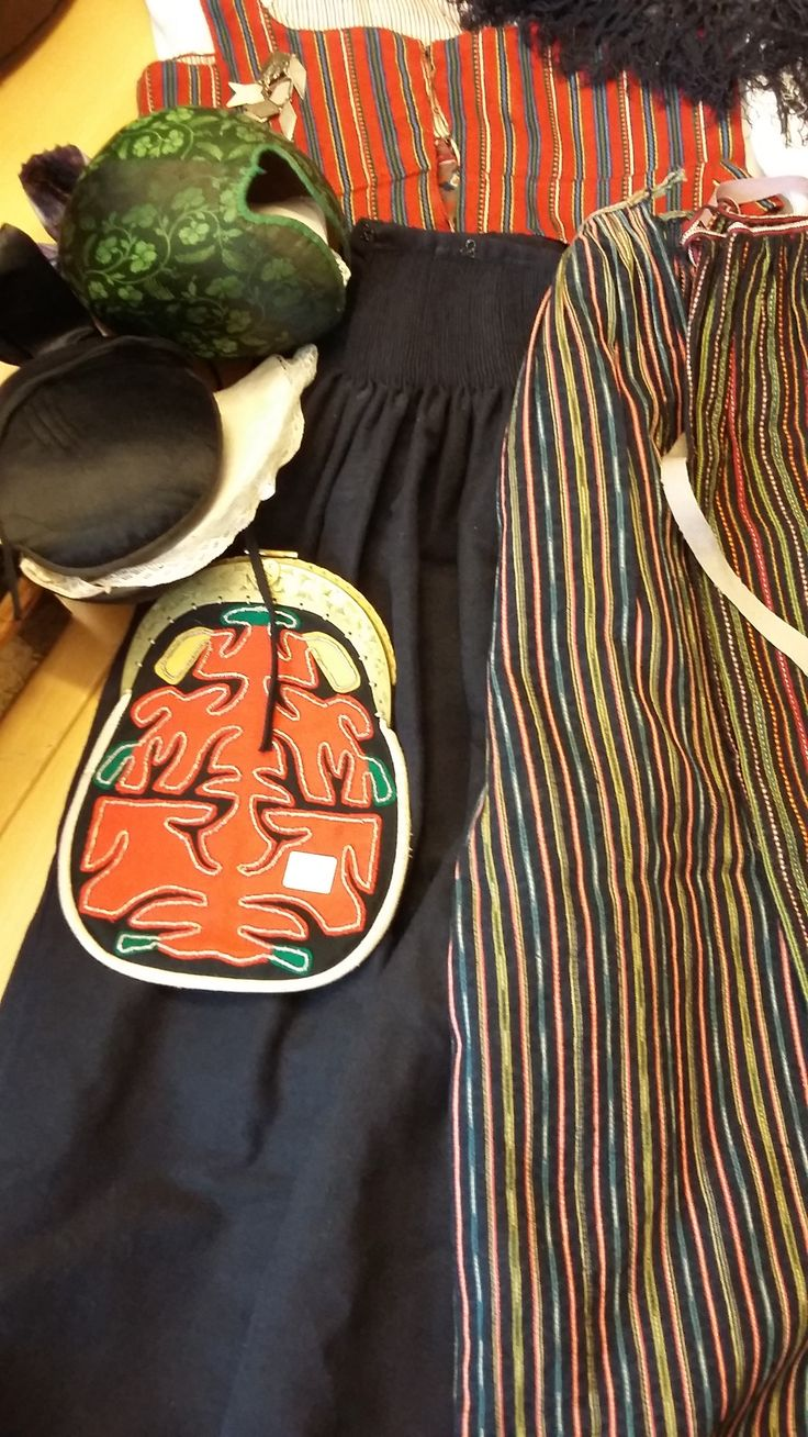 Hälsingland. The suit consists of two tops, skirts, life, shawl, two apron, two hats, bags, socks, wooden box, jewelry (brooch and skospänne). 2/5