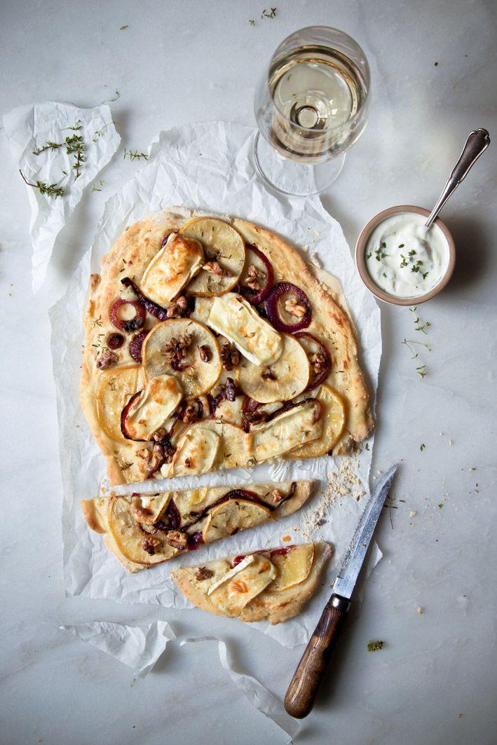 Flammkuchen mit Brie und Apfel.