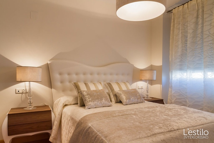 Dormitorio en tonos suaves neutros.  Elegante piso decorado en tonos neutros y maderas nobles en Córdoba capital - Proyecto realizado por L'estilo interiorismo.
