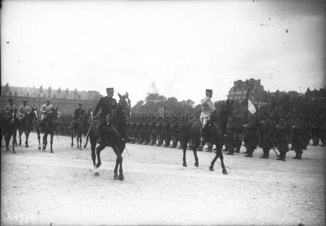 Les généraux Cousin et Galopin passant une revue le 20 mai 1915 sur l'Esplanade des Invalides, revue des troupes de la garnison de Paris, à cheval : photographie de presse / Agence Rol