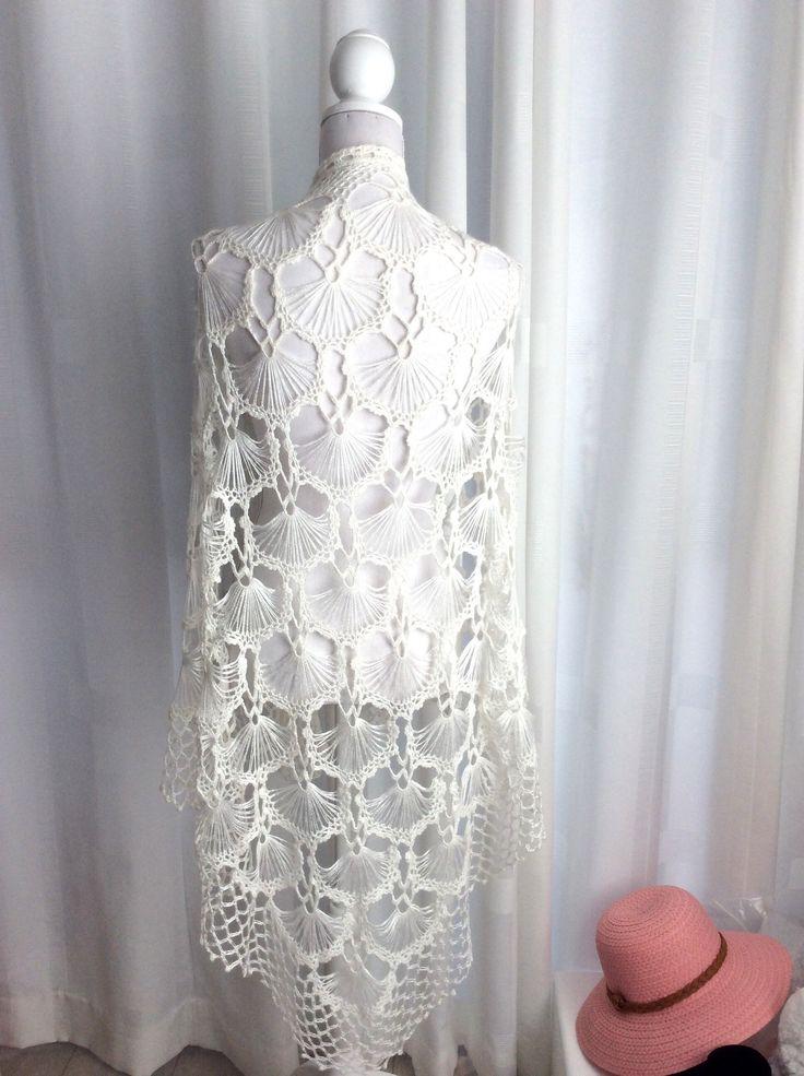 Blij om mijn nieuwste toevoeging aan mijn #etsy shop te kunnen delen: Gehaakte (bruid) sjaal, bruiloft omslagdoek, wit, slagroomwit, ragfijn, kant, bruiloft, bolero, bruidsstola driehoek sjaal, waaiers, viscose #accessoires #sjaal #wit #bruiloft #bruidsmode #bruidssjaalgehaakt #wittekantensjaal #witteomslagdoek