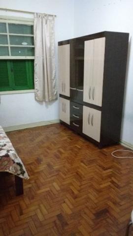 Aluga-se quarto espaçoso com 12 m², não é pensão, é casa de família.Quarto mobiliado com cama, guarda-roupa, cômoda, sapateira, tv a cabo, wi fi.Pode lavar, cozinhar, etcApartamento a 200 metros do metrô Vila Mariana.