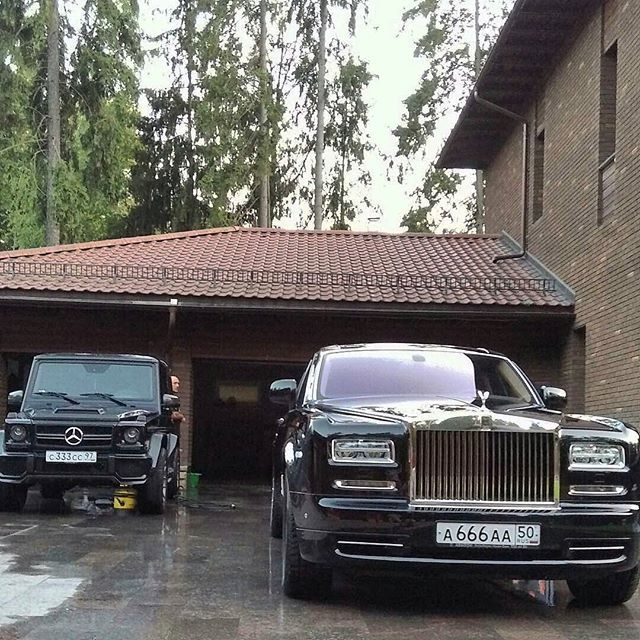 Instagram media by rolls_royce_moscow777 - Rolls Royce Phantom  and Mercedes-Benz G 63 AMG Black     Like+Comment #rr #ghost #wraith #car#drophead#premium #phantom #cars #luxury #beautiful #rich #beauty #rollsroyce #rolls_royce #moscow #rollsroycemoscow #rollsroyce#2017 #photooftheday #car#dawn #royal#москвасити #royalmoscow #elite#москва #terrific#nice#luxurylife #luxurycars