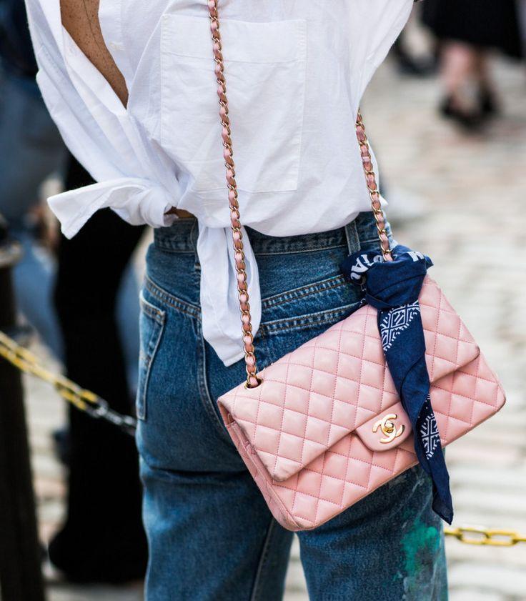 Décliné en rose et associé à du jean, le Classic de chez Chanel gagne en désirabilité (blog Sandra Semburg)