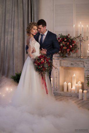 Бордовая свадьба. Жених и невеста в студии