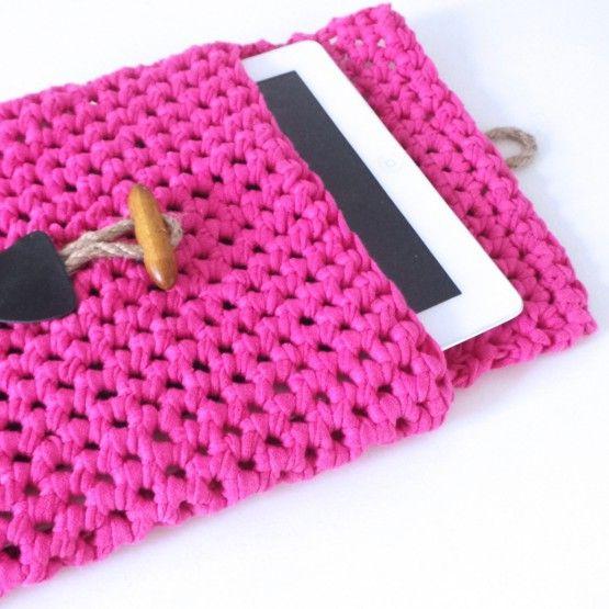 DIY: maak je eigen tablet hoes Roze. Zin om een leuk project te haken. Met dit doe-het-zelf-pakket maak je vrij makkelijk je eigen tablet hoes. Je gebruikt de basistechnieken van het haken, het is daarom een leuk starterspakket.Het DIY-pakket bestaat uit:Garen (00% recycle textielgaren)haaknaald nr 10 (bamboe)houtje-touwtje sluitingpatroonAndere kleuren zijn ...