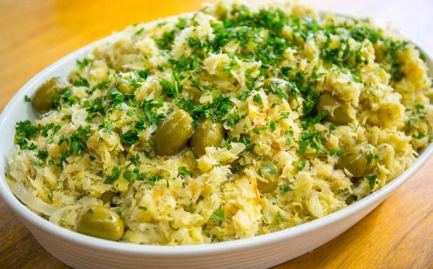 Prato tradicional é preparado com cebola, batata-palha e ovos. Aprenda