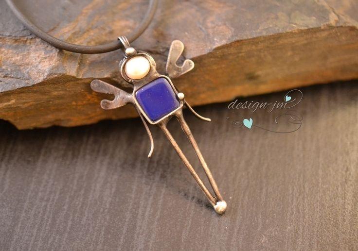 Andělský+chlapeček+Cínovaný+přívěsek+z+modrého+sklaa+říční+perly+Šperk+je+vyroben+technikou+měkkého+pájení+(Cu+drát,bezolovnatý+cín+s+příměsí+stříbra),patinován+a+ošetřen+antioxidantem.+Zavěšen+na+kulaté+silik.kůži,+který+je+v+ceně+Velikost+šperku+je+zřejmá+z+fota+Zasílám+v+dárkové+krabičce+Ke+každé+objednávce+výherní+los+jako+dárek!!