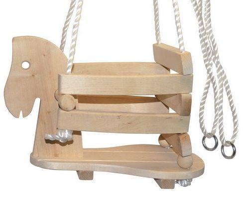 Houten schommelpaard. Stevige constructie met extra hoge zijkanten, voor veilig schommelplezier. Geschikt tot max. 50 kilo.