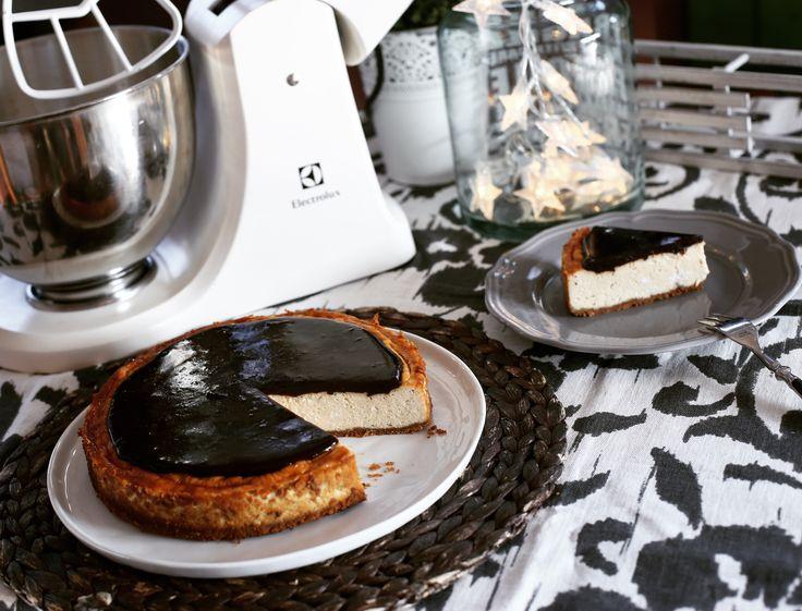 Na gyerekek, kezdődjön az ünnepi készülődés! Ugye ti is imádjátok a mézeskalácsot? Megvesztek egy jó sajttortáért? És mi nem hiányzozhat még a karácsonyi hangulatból? Egy jó kis vörösboros szilvaszósz! Mit szólnátok, ha azt mondanám, ezt a hármat most egyetlen sütibe sűrítettem nektek?! Ki ne…