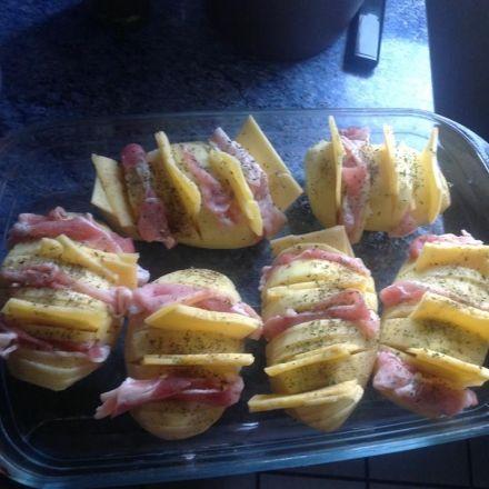 pomme de terre tranché four garnie  6 de pomme de terre 12 tranche(s) de bacon 12 tranche(s) de fromage chedar 1 Sel poivre