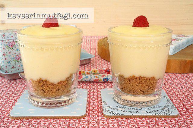 Limonlu Puding Tarifi - Malzemeler : 5 su bardağı (1 lt) süt, 3yemek kaşığı un, 1 yemek kaşığı nişasta (mısır veya buğday fark etmez), 3/4 su bardağı şeker (çok tatlı seviyorsanız 1 su bardağı kullanabilirsiniz), 1 yumurta, 1 yemek kaşığı tereyağı, 2 adet limon. 1 paket (17 adet) yulaflı bisküvi, 2 tatlı kaşığı tereyağı.