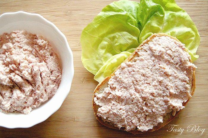 Pasta:  wędliny, musztarda, śmietana, sól, pieprz