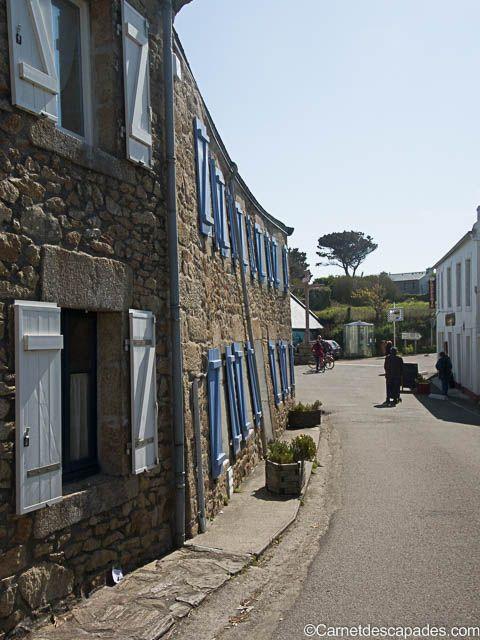 Maison penchée dans le bourg de Lampaul à Ouessant dans le Finistère en Bretagne