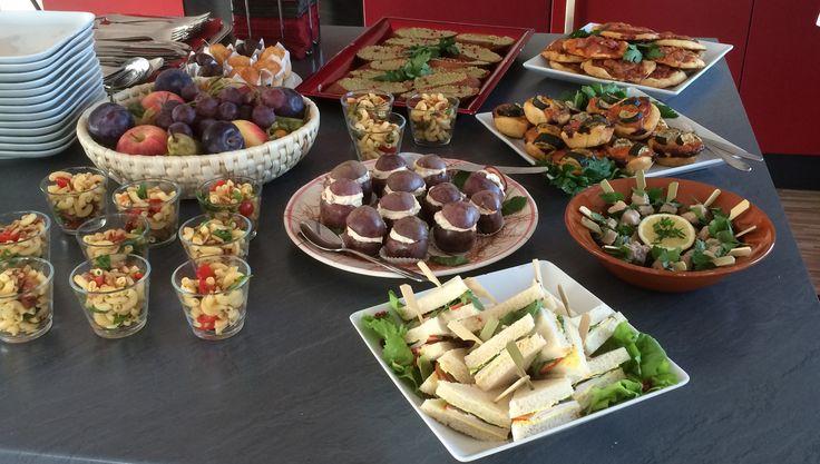 Mediterranes Fingerfood und Salate im Gläschen
