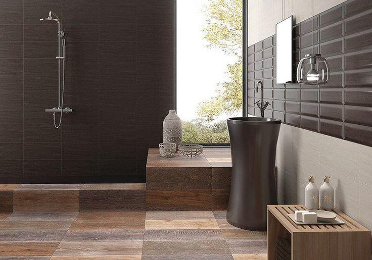 carrelage de sol d'aspect bois et carrelage mural en marron chocolat dans la salle de bains