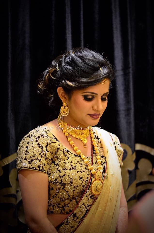 Our golden bride Ashmita looks radiant for her reception. Makeup and hairstyle by Vejetha for Swank Studio. Brown lips. Bridal jewelry. Bridal hair. Bridal lehenga. Indian Bridal Makeup. Indian Bride. Gold Jewellery. Statement Blouse. Tamil bride. Telugu bride. Kannada bride. Hindu bride. Malayalee bride. Find us at https://www.facebook.com/SwankStudioBangalore