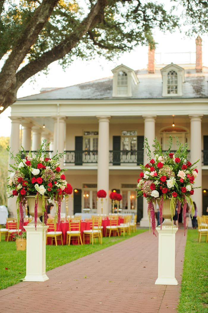 Hochzeitsdeko in Rot-Creme deuten auf eine königliche Hochzeit hin. Ideen zu eurer Hochzeitsdeko in Rot-Creme findet ihr in unserer Bildergalerie! I © Eye Wander Photo