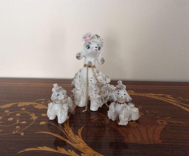 Piccoli cagnolini in porcellana bianca / Vintage barboncino con cuccioli / Vintage soprammobile / Statuette di cagnolini bianchi e dorati di VintaFai su Etsy