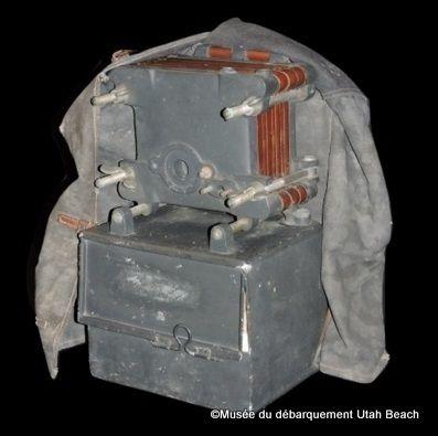Certaines unités allemandes avaient un purificateur d'eau portatif. Quoique relativement peu encombrant, il mobilisait un homme dans cette tache, tandis que les américains avaient tous quelques pilules de purification de l'eau. Plusieurs filtres en papier compressé spécial sont stockés à l'intérieur de l'appareil.