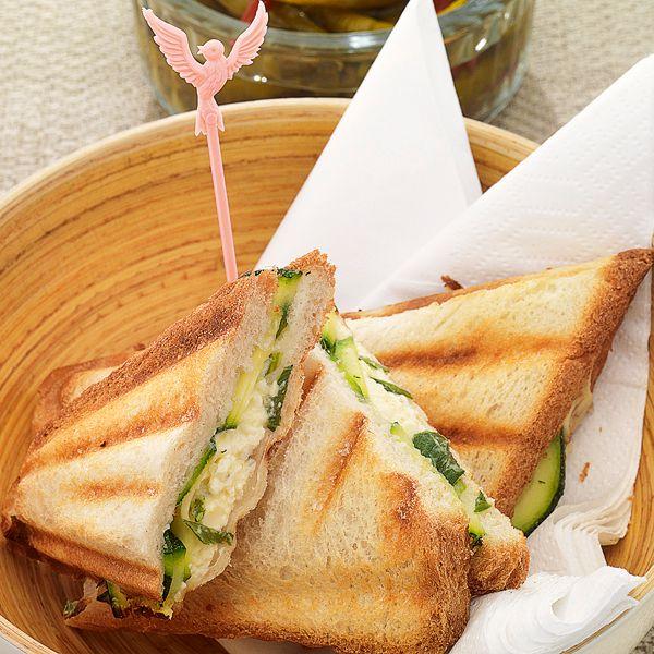 Griechischer Sommersnack mit feiner Füllung: Geraspelte Zucchini werden mit Joghurt, Honig und Thymian vermengt.