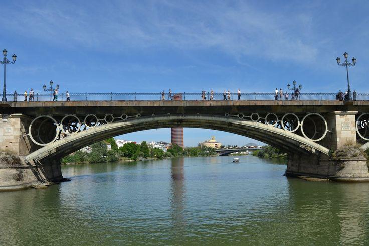 Sevilla - El puente de Triana desde el Río, una maravilla