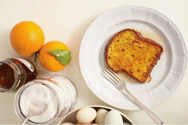 Ενα πρωινό την εβδομάδα δικαιούμαστε να εγκαταλείψουμε τις διαιτητικές συνήθειες μας: καλά και άγια τα δημητριακά, τα γιαούρτια και τα φρούτα αλλά σήμερα είναι Κυριακή (μη μου λυπάσαι) κι η ζωή μπορεί να γίνει ωραιότερη ή τουλάχιστον να μοιάσει ωραιότερη. French toast είναι η καθιερωμένη ονομασία - σαν γαλλικό φιλί.