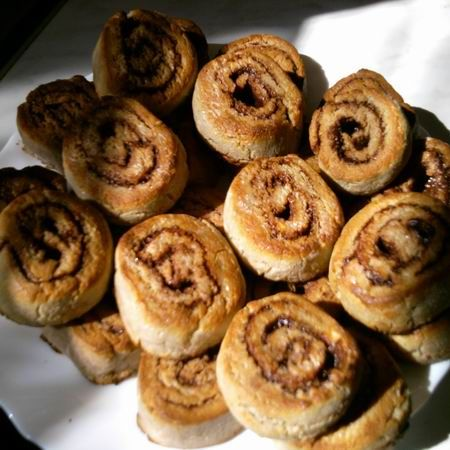 Paleolit kakaós csiga  A tésztához: 25 dkg gesztenyeliszt 10 dkg kókuszliszt (darált kókuszreszelék) 2 kanál méz vagy 3 dkg xylit 1 kávéskanál sütőpor 5 dkg olvasztott kókuszzsír 2 kis tojás A töltelékhez: 10 dkg kókuszsír 2-3 csapott evőkanál kakaópor 3 evőkanál méz vagy xylit