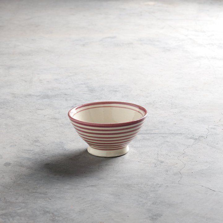 Håndmalet keramikskål dekoreret med striber. Skålen er fra Marokko, og er håndmalet efter traditionelle marokkanske teknikker. Den marokkanske serie har været i vores kollektion siden begyndelsen, og er stadig nogle af de mest populære produkter.