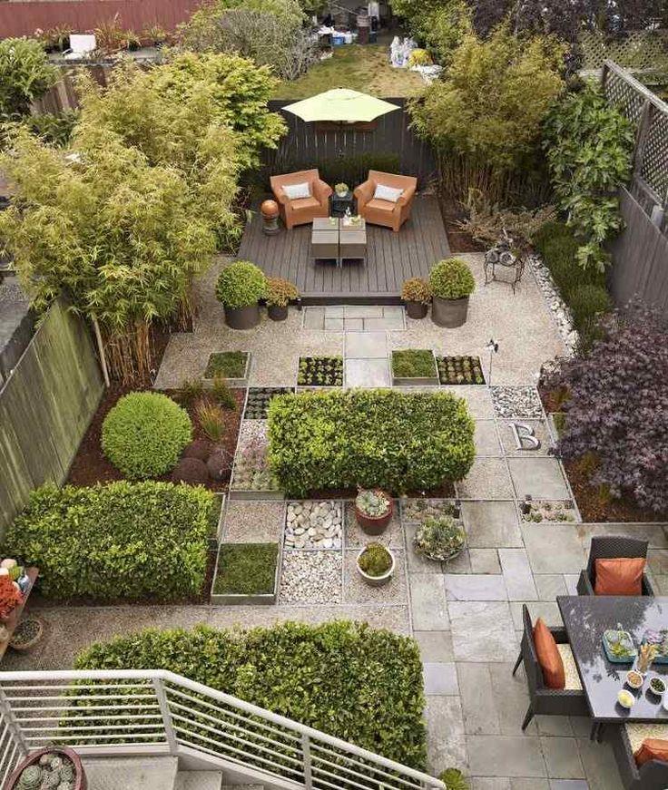 terrasse de jardin en pierre, galets décoratifs, buis boules et meubles en bois tressé