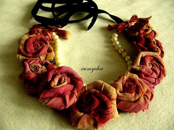 Romantyczne róże - naszyjnik www.robotkowyswiatmychy.blogspot.com   Ten lubię najbardziej. Mam nadzieję, że Pani Helena, do której należy, również. Róże z resztek tkanin, bardzo lubię robić taką biżuterię. Można zrobić taki naszyjnik z każdego kawałka tkaniny, dopasować do każdej kreacji.