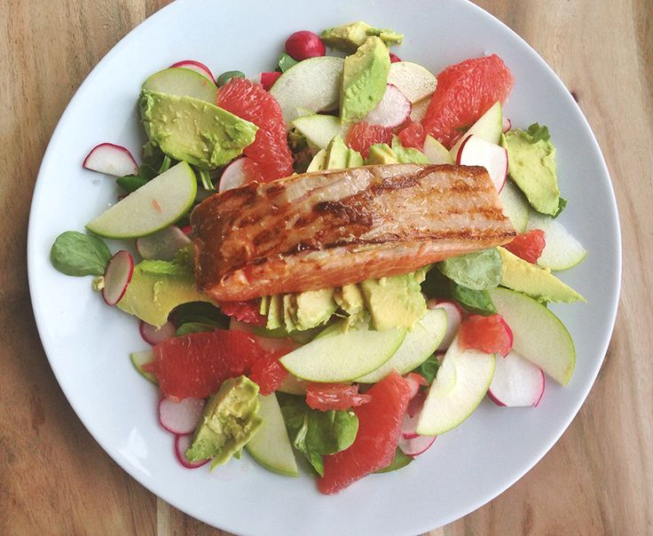 An unusual but wonderful combination for a main course: marinated and then briefly baked salmon on a bed of lettuce, with grapefruit, avocado, radish and Granny Smith apple. Fresh and summery!