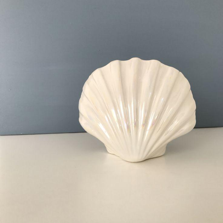 Smuk muslingformet vase med perlemorsglasur #vase#muslingvase#perlemorsglasur#perlemor#loppe#loppefund#loppeguld#loppe#loppedeluxe#loppis#loppemarked#genbrug#genbrugsfund#genbrugsguld#genbrugsfeber#bolig#boligindretning#boligliv#iboligendk#bobedre#retro#living#tilsalg#salg#sælges#sender#reshop#reshopfever